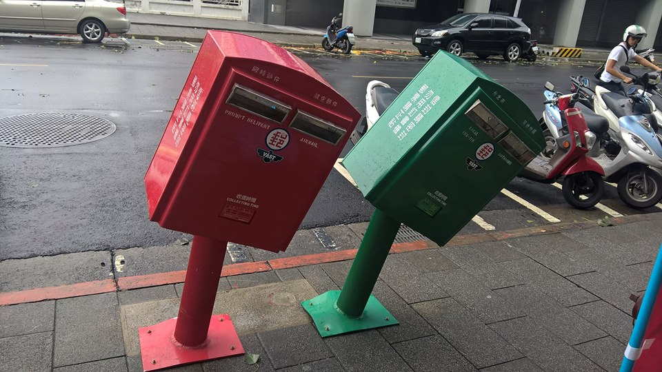 【災害】台風13号で傾いたポストが大人気。