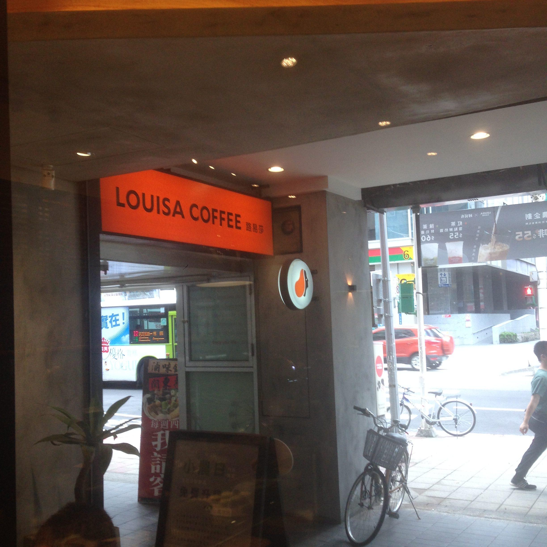 【便利】中山に電源席があるLOUISA COFFEEができました。